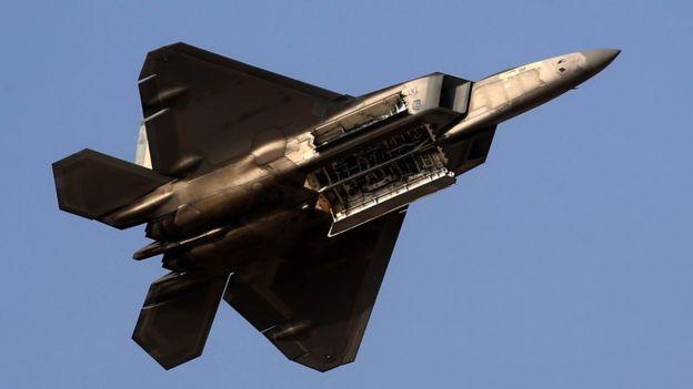 Военные самолеты стали гвоздем программы авиашоу в Дубае