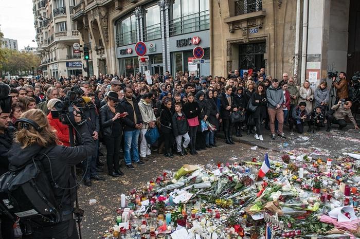 В понедельник люди во всем мире почтили жертв теракта во Франции минутой молчания