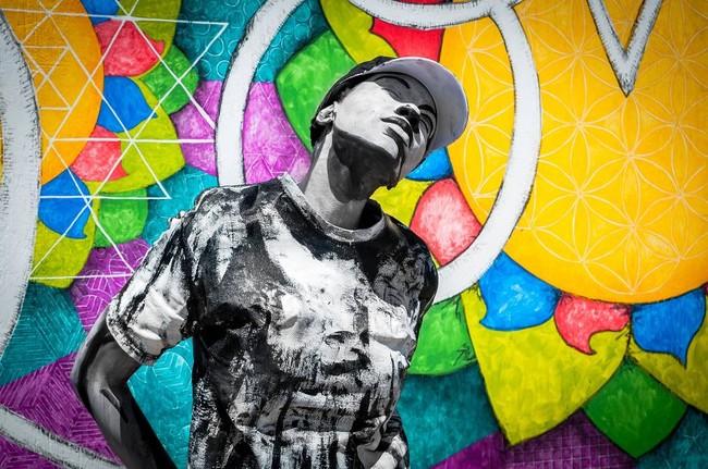 Уличная художница превращает себя в часть картины