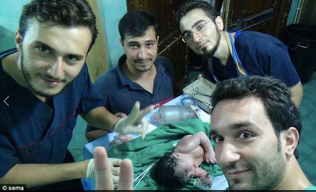 Сирийские врачи спасли раненную в голову шрапнелью новорожденную и ее маму