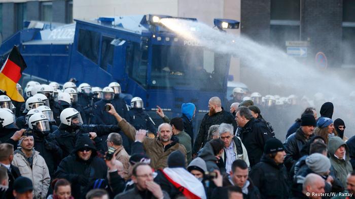 Полиция водометами разогнала правую демонстрацию в Кельне