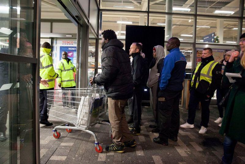 Черная пятница: толпы покупателей разметают товары с полок магазинов