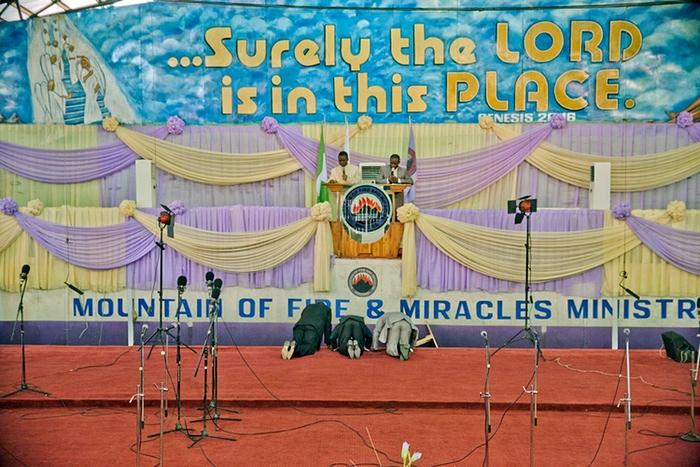 Огромные церкви Лагоса