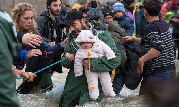 Сотни беженцев прорвались через закрытую границу Македонии