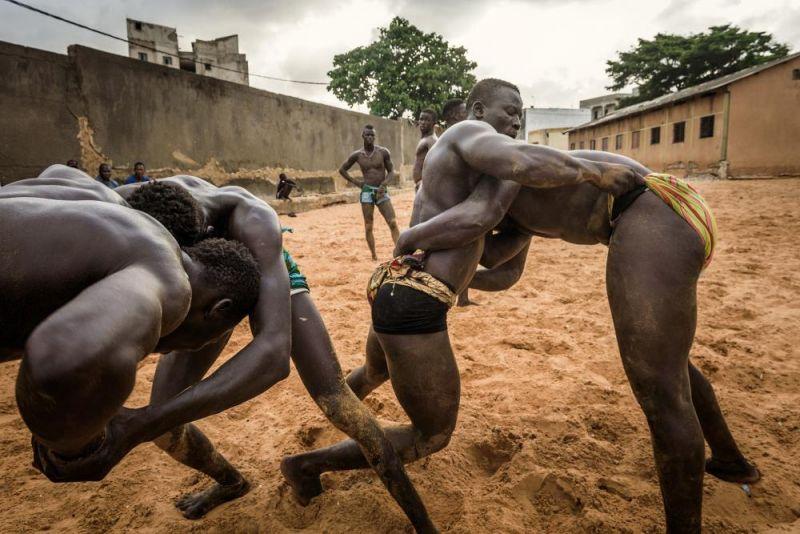 Грациозные гиганты: подборка фото сенегальских борцов