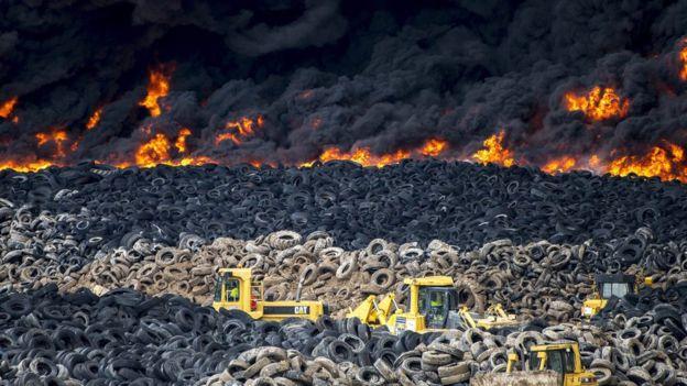 Из-за пожара на свалке шин в Испании эвакуировали город