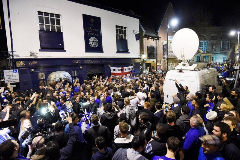 """Футбольные болельщики по всему миру празднуют победу """"Лестера"""" в чемпионате Англии"""
