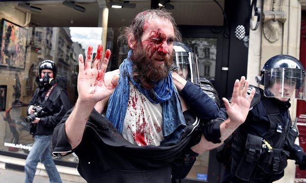 В Париже протестующие подрались с полицией