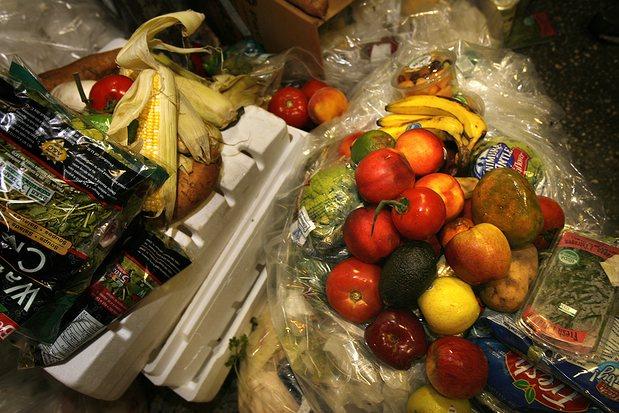Американцы выбрасывают половину произведенных в стране продуктов