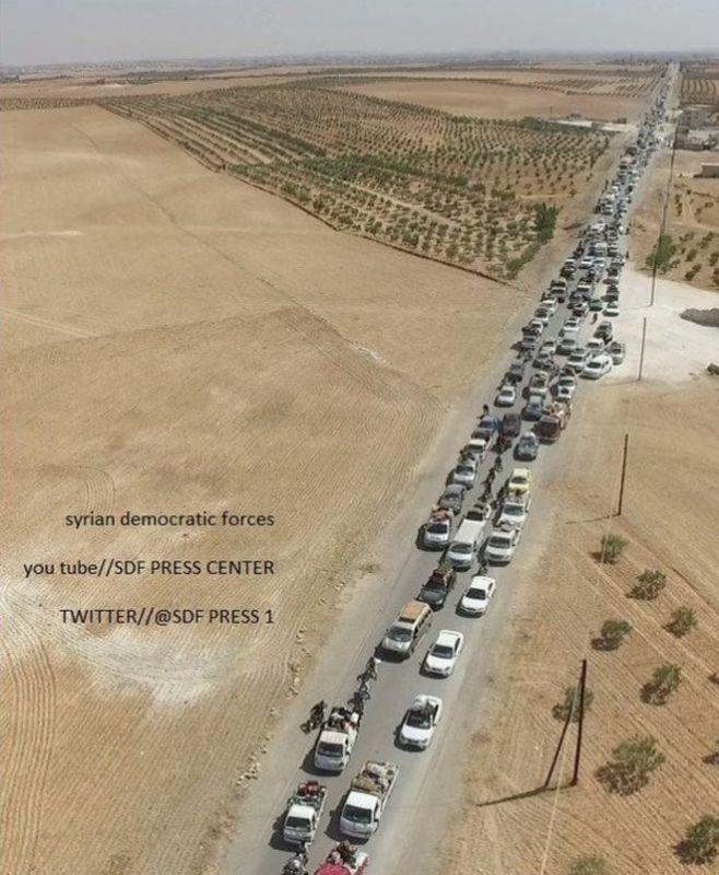 Бойцы ИГИЛ прикрывались живым щитом при выходе из Манбиджа