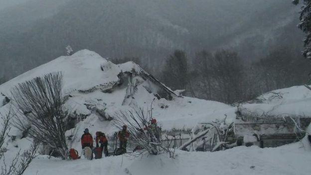 Спасатели сообщили об отсутствии выживших после схода лавины на отель в Италии