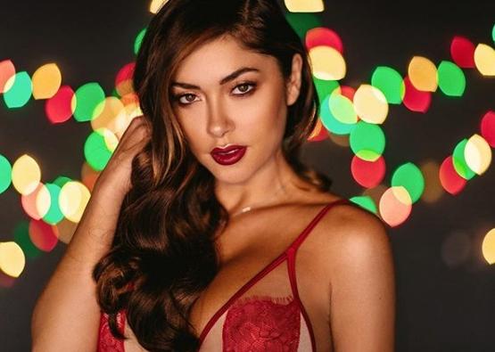Ринг-герл Арианни Селесте поздравила поклонников с Рождеством и Новым годом