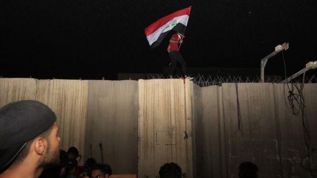 Волнения в Ираке: протестующие атаковали консульство Ирана в Кербеле, есть погибшие