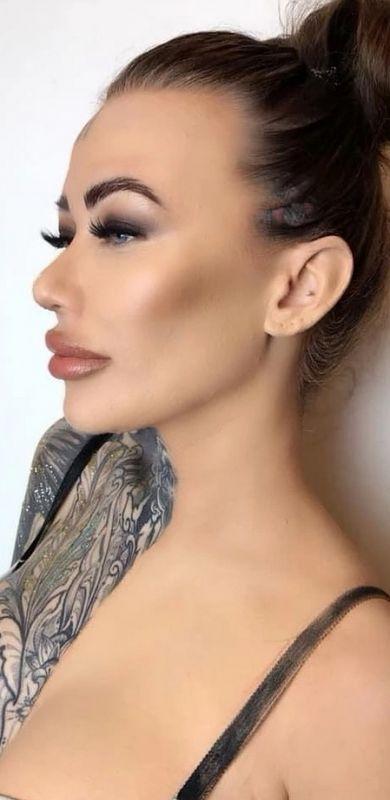 Самая татуированная британка показала, как выглядит без татуировок