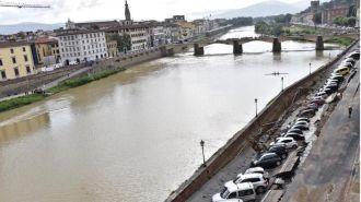 Во Флоренции из-за обвала повреждено несколько десятков авто