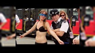 Девушка обнажилась в центре Лондона