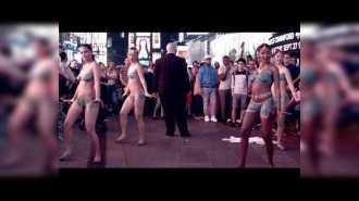 Четыре обнаженные девушки танцевали в центре Манхэттена
