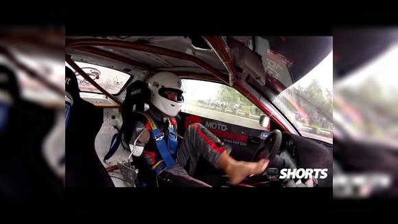 Дрифт в исполнении гонщика, лишившегося обеих рук