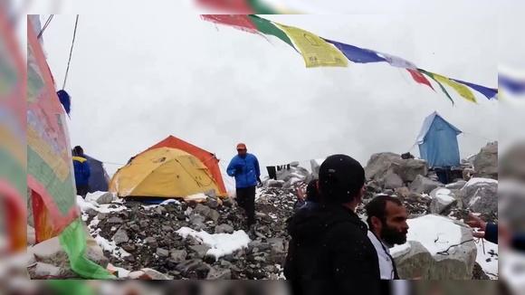 Лавина накрывает лагерь (землетрясение в Непале)