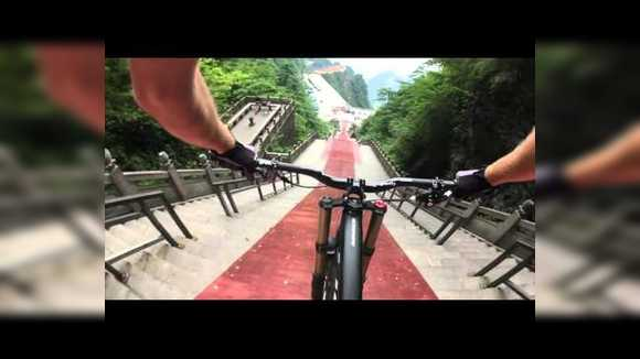 Спуск на велосипеде по лестнице в Китае