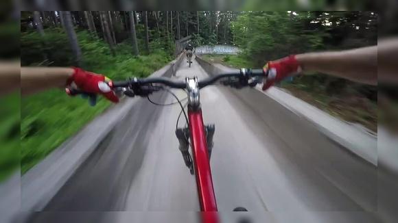 На велосипеде по бобслейной трассе